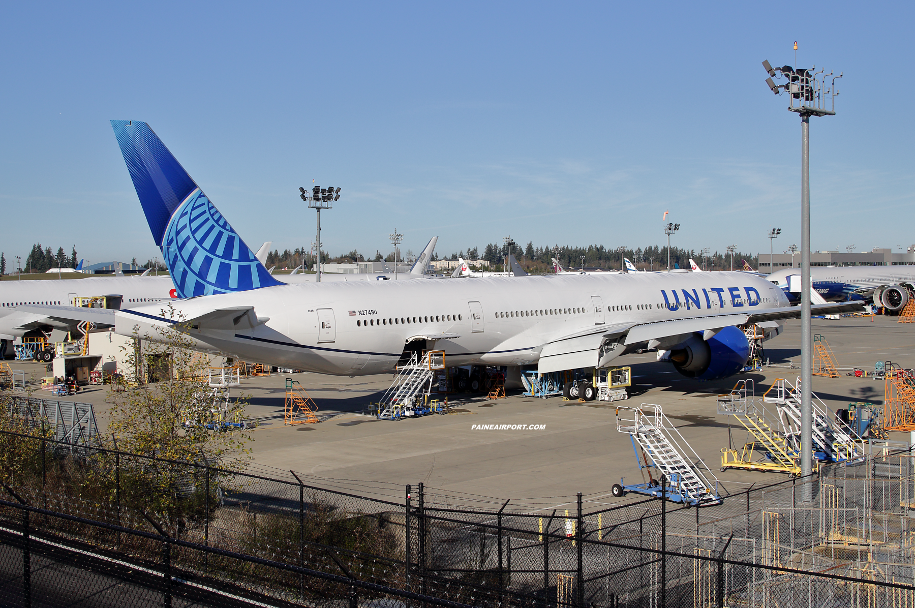 United Airlines 777 N2749U at Paine Field