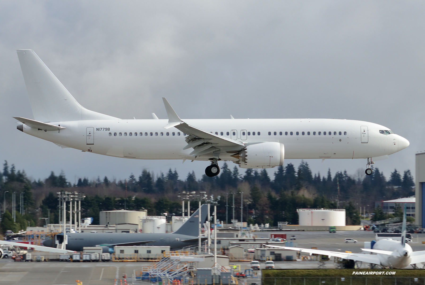 737 N1779B at Paine Field